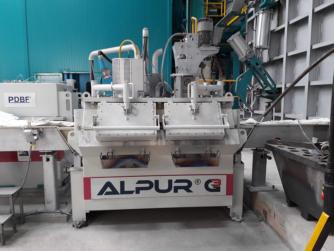 ALPUR® G3 cc Line degasser for continuous aluminium casting showing two sealed opening hatches to allow safe access to the melt for dedrossing and cleaning operations during casting (without removal of the lid)